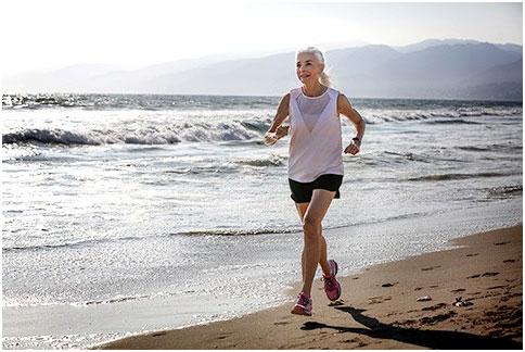 """71岁高龄的她,用跑步""""摆脱""""帕金森病"""