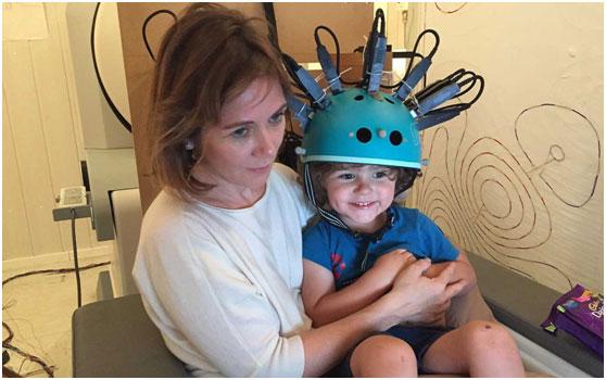 """这种""""自行车头盔"""",首次被用于儿童脑功能检测"""