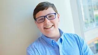 13岁少年确诊霍奇金淋巴瘤,一年后,他回归正常生活